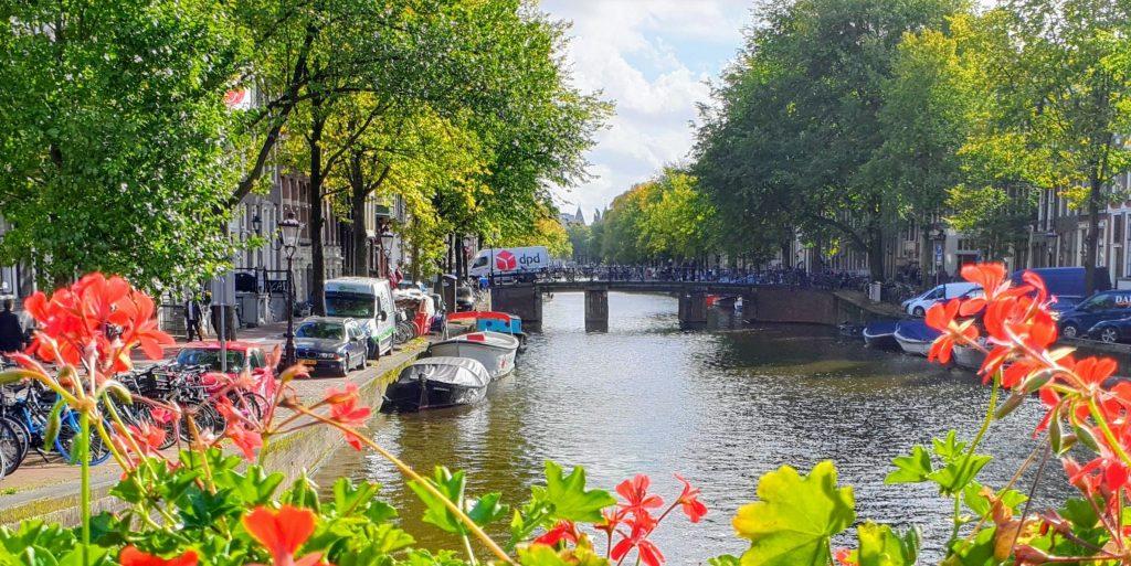 Gatelangs i Amsterdam med mange kanaler